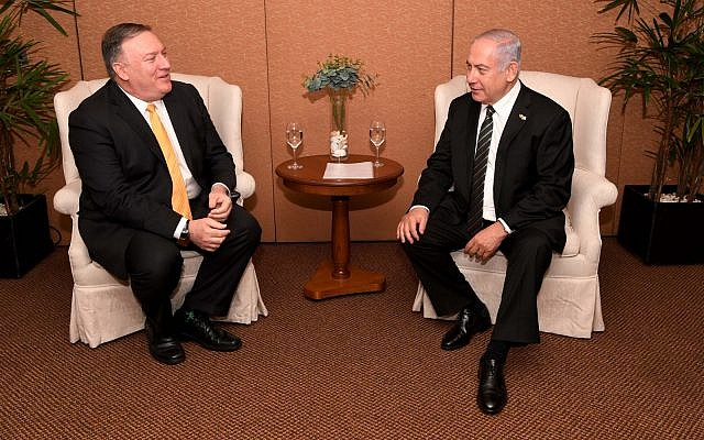 Le secrétaire d'État américain Mike Pompeo avec le Premier ministre Benjamin Netanyahu à Brasilia, le 1er janvier 2019 (Crédit : Avi Ohayon/GPO)