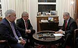 Le Premier ministre Benjamin Netanyahu (à droite) s'entretient avec l'envoyé spécial du ministre russe aux Affaires syriennes, Vladimir Poutine, Alexander Lavrentiev (au centre) et le vice-ministre des Affaires étrangères de la Russie, Sergey Vershinin (à gauche), à son bureau de Jérusalem, le 29 janvier 2019. (Crédit : Amos Ben-Gershom / GPO)