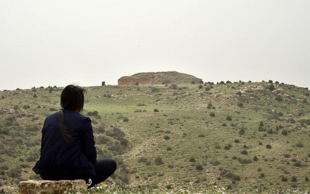 Une femme observe l'une des pyramides de djeddar, près de Tiaret, en Algérie, le 23 avril 2018. (Crédit : RYAD KRAMDI / AFP)