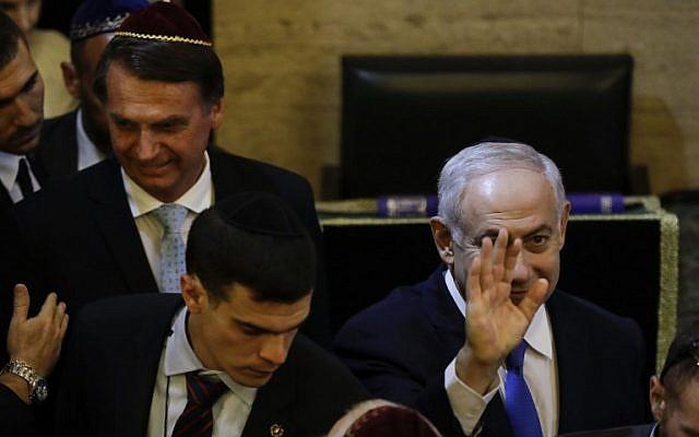 Le président élu du Brésil, Jair Bolsonaro (à gauche), et le Premier ministre israélien Benjamin Netanyahu (à droite) sont photographiés à leur arrivée dans une synagogue du quartier Copacabana, à Rio de Janeiro, au Brésil, le 28 décembre 2018. (Leo CORREA / POOL / AFP)