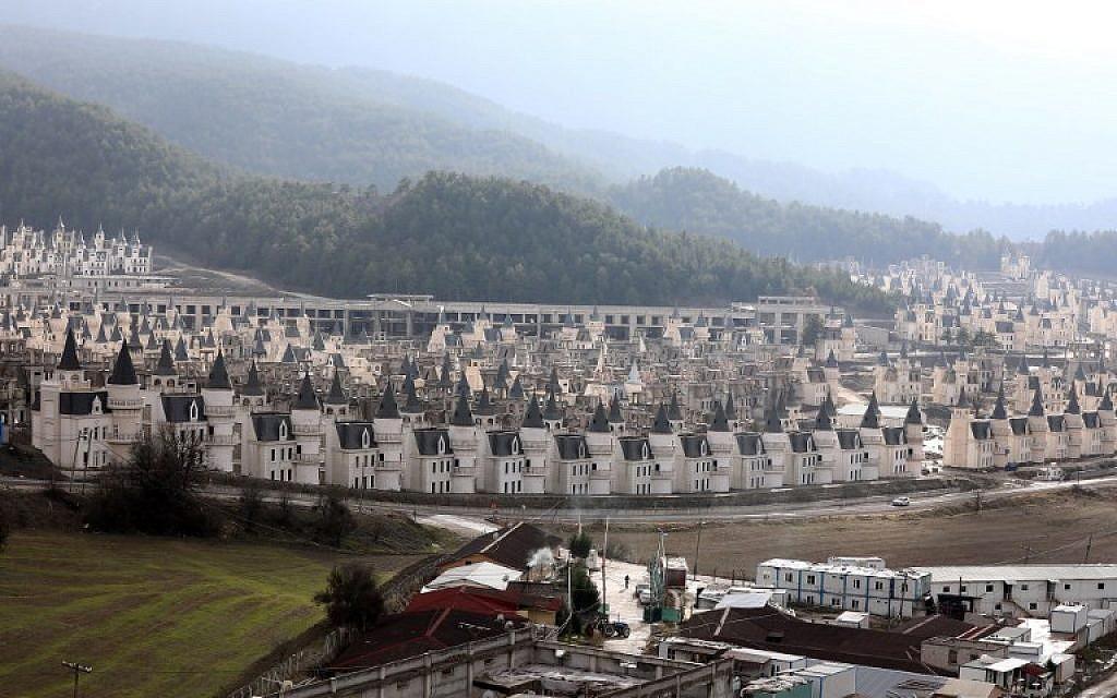 """Le projet """"Burj al-Babas"""", aux abords de Mudurnu, dans la province de Bolu, lancé en 2014 par Sarot, un groupe de construction turc engagé dans plusieurs programmes immobiliers importants dans la région, le 15  décembre 2018. (Crédit : Adem ALTAN / AFP)"""