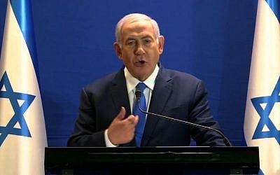 Le Premier ministre Benjamin Netanyahu fait une déclaration en direct à la télévision depuis la résidence du Premier ministre, à Jérusalem, le 7 janvier 2019. (Crédit : LIKUD / AFP)