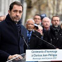 Le ministre de l'Intérieur Christophe Castaner rend hommage à la policière Clarissa Jean-Philippe tuée le 9 janvier 2016 à Montrouge au sud de Paris, le 8 janvier 2019. (Crédit : BERTRAND GUAY / AFP)