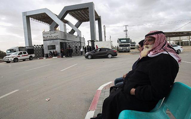 Des Palestiniens attendent au poste frontière de Rafah avec l'Égypte, dans le sud de la bande de Gaza, le 8 janvier 2019. (DIT KHATIB / AFP)