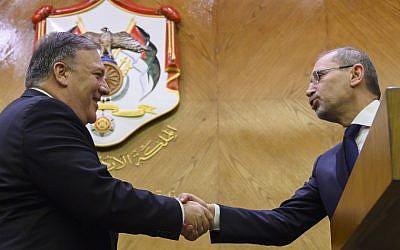 Poignée de main entre Mike Pompeo et le chef de la diplomatie jordanienne Aymn Safadi, a Amman, le 8 janvier 2018. (Crédit : ANDREW CABALLERO-REYNOLDS / POOL / AFP)
