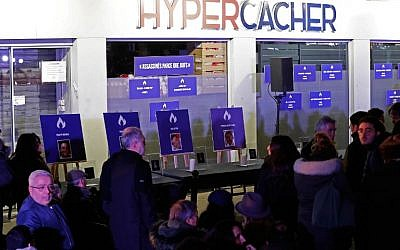 Hommage aux victimes de la prise d'otages de l'HyperCacher de Vincennes, le 9 janvier 2019. (Crédit : FRANCOIS GUILLOT / AFP)