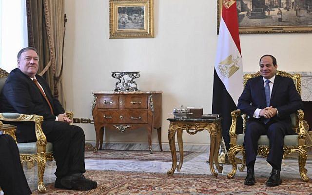 Le secrétaire d'Etat américain Mike Pompeo est reçu par le président égyptien Abdel Fattah al-Sisi, au Caire, le 10 janvier 2019. (Crédit : ANDREW CABALLERO-REYNOLDS / POOL / AFP)