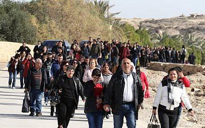 Des pèlerins catholiques arrivent  sur le site du baptême du Christ, à environ 50 km à l'ouest d'Amman, le 11 janvier 2019. (Crédit : Khalil MAZRAAWI / AFP)