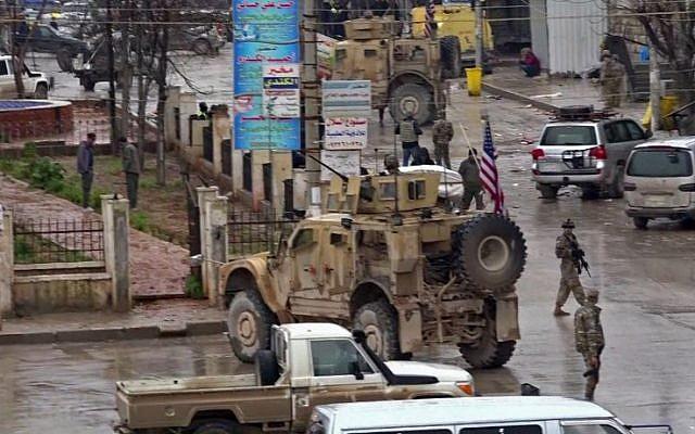 Capture d'écran d'une vidéo AFPTV le 16 janvir 2019, montrant des soldats américains sur les lieux d'un attentat suicide à Minbej, en Syrie. (Crédit : AFP)