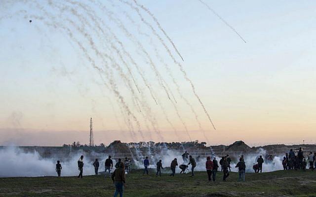 Des bombes lacrymogènes ciblent les manifestants palestiniens lors d'affrontements avec les forces israéliennes de l'autre côté de la clôture après une manifestation près de la frontière avec Israël à l'est de la bande de Gaza, 18 janvier 2019. (Crédit : SAID KHATIB / AFP)