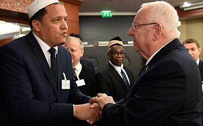 L'imam de Drancy Hassen Chalghoumi (à gauche) serre la main du président israélien Reuven Rivlin (à droite) avant une réunion avec les autorités musulmanes françaises, à Paris le 23 janvier 2019. (Crédit : Bertrand GUAY / AFP)