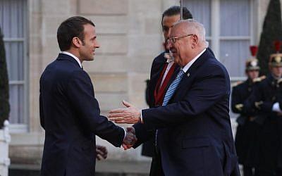 Le président israélien Reuven Rivlin (à droite) accueilli par Emmanuel Macron à l'Elysée, à Paris le 23 janvier 2019. (Crédit : Ludovic MARIN / AFP)