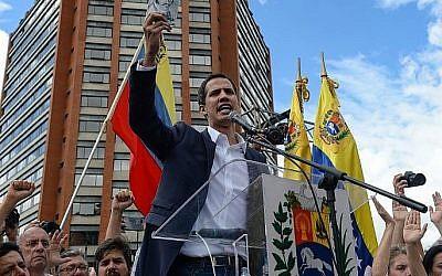 """Le président de l'Assemblée nationale vénézuélienne, Juan Guaido, s'adresse à la foule lors d'un rassemblement d'opposition de masse contre le président Nicolas Maduro, au cours duquel il s'est déclaré """"président par intérim"""" du pays, à l'occasion de l'anniversaire du soulèvement de 1958 qui avait renversé la dictature militaire, à Caracas le 23 janvier 2019. crédit : (Federico Parra/AFP)"""