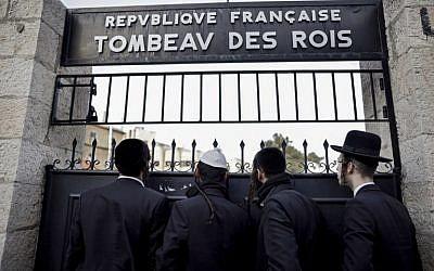 Des ultra-orthodoxes regroupés devant le Tombeau des Rois, site appartenant au consulat français, le 24 janiver 2019. (Crédit : THOMAS COEX / AFP)