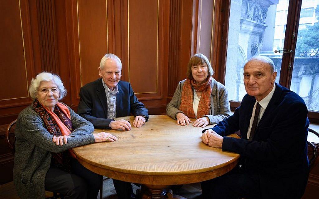 De gauche à droite : Yvonne Cossu, Ulrich Gantz, Barbara Brix et Jean Michel Gaussot, le 17 janvier 2019 à Lausanne, lors d'une rencontre entre enfants de nzais et enfants de victimes, organisée par l'association suisse CICAD. (Crédit : Fabrice COFFRINI / AFP)