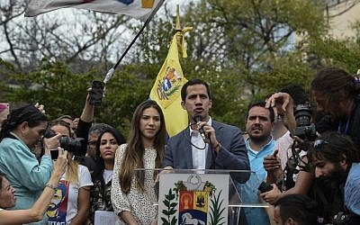 """Le président de l'Assemblée nationale du Venezuela et """"président par intérim"""" autoproclamé du pays, Juan Guaido (au centre), accompagné de son épouse Fabiana Rosales (à sa droite), s'adresse à une foule de militants de l'opposition lors d'une manifestation à Caracas, le 26 janvier 2019."""
