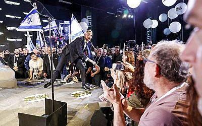 L'ancien chef d'état-major de Tsahal Benny Gantz (C) est acclamé par ses partisans à son arrivée pour prononcer son premier discours électoral dans la ville côtière de Tel Aviv, le 29 janvier 2019. (Jack Guez/AFP)