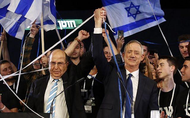 L'ancien chef d'état-major israélien Benny Gantz (à droite) et son nouvel allié, l'ancien ministre de la Défense Moshe Yaalon, lançent leur campagne électorale à Tel Aviv le 29 janvier 2019. (Crédit : Jack GUEZ / AFP)