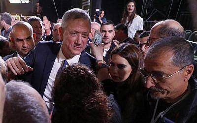 L'ancien chef d'état-major d'Israël Benny Gantz (C) passe parmi ses militants lors d'un rassemblement de campagne après avoir prononcé son premier discours à Tel Aviv, le 29 janvier 2019. (Jack Guez/AFP)
