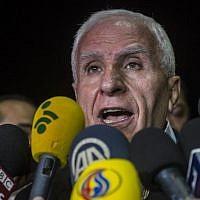 Azzam al-Ahmad lors d'une conférence de presse dans un hôtel du Caire, le 13 août 2014 (Crédit : AFP/Khaled Desouki)