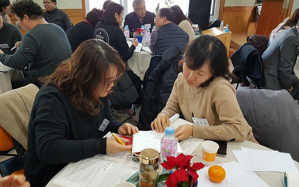 """Une séance d'apprentissage pour adultes de style """"havruta"""" en Corée du Sud (Avec l'aimable autorisation de la Havruta Culture Association)"""