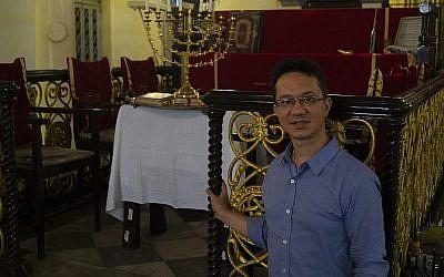 Sammy Samuels, le chef de facto de la communauté juive du Myanmar, à l'intérieur de la synagogue de Yangon. (Charles Dunst)