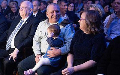 Le chef d'Etat-major sortant chief Gadi Eizenkot aux côtés de son épouse Chana et avec sa petite-fille lors d'une cérémonie d'adieu organisée au siège de l'armée à Tel Aviv, le 13 janvier 2019 (Crédit : Armée israélienne)