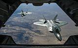 Deux raptors F-22 Raptors survolent la Syrien, le 2 février 2018. (Crédit :  US Air National Guard/Staff Sgt. Colton Elliott)