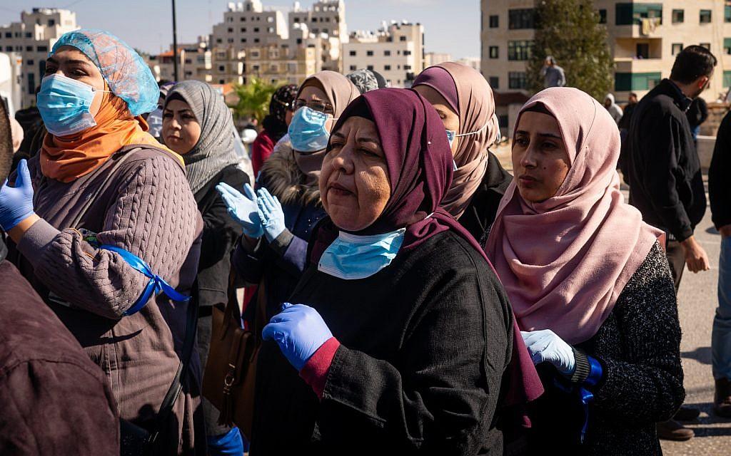 Des Palestiniens protestent contre le nouvel organisme gouvernemental de sécurité sociale  le 12 décembre 2018 à Ramallah, en Cisjordanie. (Crédit : Luke Tress/Times of Israel)