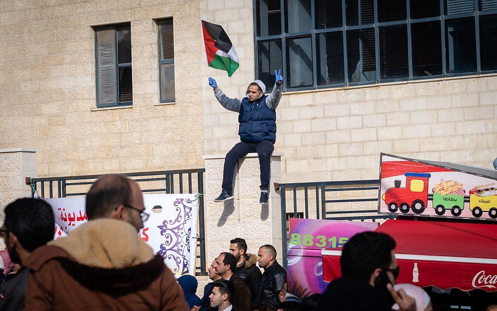Des Palestiniens protestent contre une hausse des impôts à Ramallah, en Cisjordanie, le 12 décembre 2018 (Crédit : Luke Tress/Times of Israel)