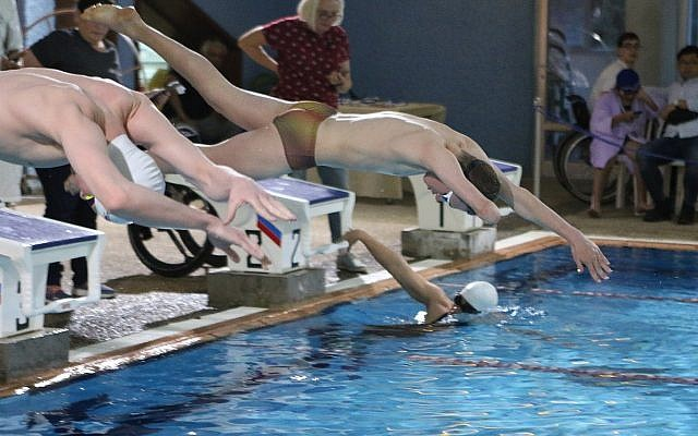 Des nageurs lors des championnats de natation paralympiques d'hiver de 2018 en Israël à la piscine d'Alyn à Haïfa (Crédit : Karen Isaacson, Israel Paralympic Committee Facebook page)
