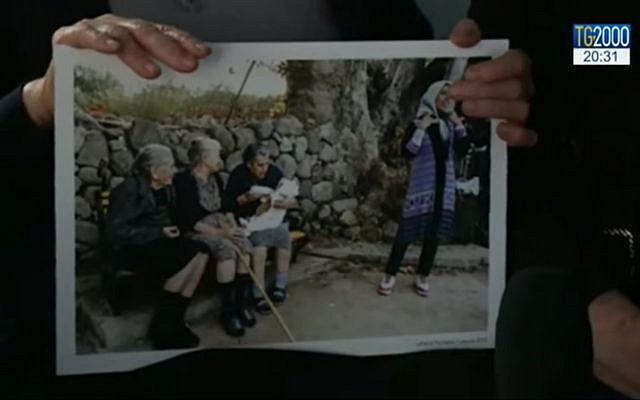 Maritsa Mavrapidou et deux autres femmes âgées de Lesbos sont devenues célèbres en 2015 lorsqu'elles ont été photographiées en train de donner le biberon à un bébé dont les parents venaient de débarquer sur l'île après une périlleuse traversée de la Mer Egée. (Crédit : capture d'écran YouTube)