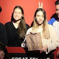 Les visiteurs d'une escape room consacrée   à la Liste de Schindler à Thessalonique avac la liste des 'innocents' qu'ils ont sauvé pendant le jeu (Crédit : Facebook)
