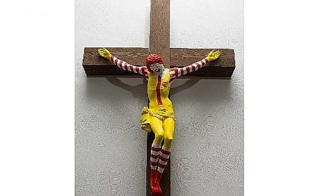 La sculpture 'McJesus' de l'artiste finlandais Jani Leinonen exposée au musée d'Haïfa. (Crédit : musée d'Haïfa)