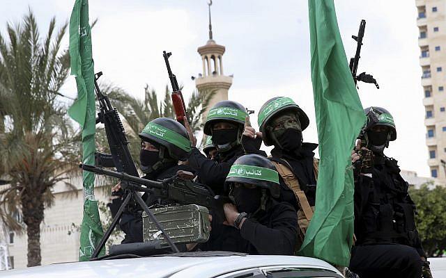 Des agents masqués des Brigades Ezzedine al-Qassam, la branche militaire de l'organisation terroriste Hamas, à bord d'un véhicule pour commémorer le 30e anniversaire de l'organisation, le 13 décembre 2017 à Gaza. (AP Photo/Adel Hana)