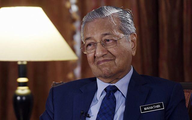 Le Premier ministre de la Malaisie Mahathir Mohamad lors d'un entretien avec l'AP à  Putrajaya, en Malaisie, le 13 août 2018 (Crédit : AP Photo/Yam G-Jun)
