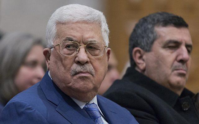 Le président de l'Autorité palestinienne Mahmoud Abbas, à une messe de minuit à l'église de la Nativité, le 25 décembre 2018. (Crédit : AP/Nasser Nasser, Pool)