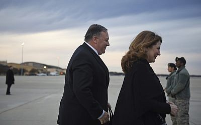 Mike Pompeo et son épouse Susan avant d'emarquer pour une tournée au Moyen-Orient, sur la Joint Base Andrews, le 7 janvier 2019. (Crédit : Andrew Caballero-Reynolds/Pool Photo via AP)