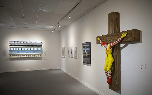 La sculpture 'McJesus' de l'artiste finlandais Jani Leinonen exposée au musée d'Haïfa. (Crédit : AP Photo/Oded Balilty)