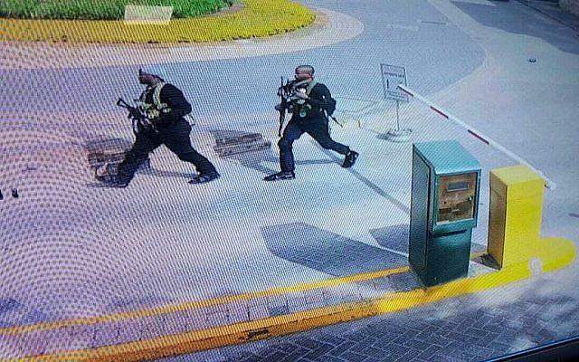Capture d'écran des caméras de vidéosurveillance montrant des hommes lourdement armés entrer dans un complexe hôtelier de Nairobi, au Kenya, le 15 janvier 2019. (Crédit : Security Camera Footage via AP)