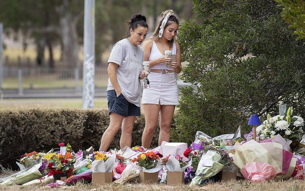 Deux femmes rendent hommage à Aiia Maasarwe, une Israélienne tuée à Melbourne, le 18 janvier 2019. (Crédit : Ellen Smith/AAP Image via AP)