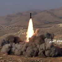 Capture d'écran d'une vidéo diffusée le 22 juillet 2017 et fournie par la presse militaire centrale syrienne contrôlée par le gouvernement, montre des combattants du Hezbollah tirant un missile sur des positions de militants liés à Al-Qaida dans une zone située à la frontière entre le Liban et la Syrie. (Presse militaire centrale syrienne, via AP)