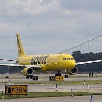 Un avion de Spirit Airlines est sur le tarmac de l'aéroport LaGuardia dans le quartier Queens de New York, le mardi 8 août 2017. (AP Photo/Mary Altaffer)