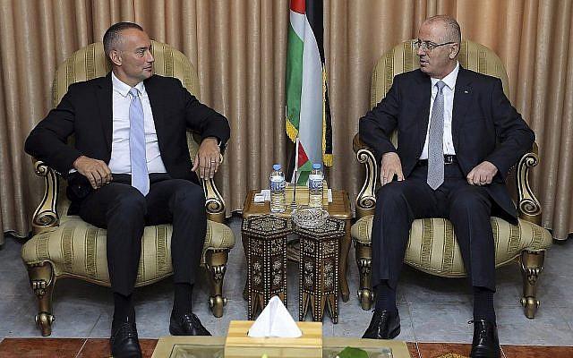 Le Premier ministre de l'Autorité palestinienne, Rami Hamdallah, (à droite), et le Coordonnateur spécial des Nations Unies pour le processus de paix au Moyen Orient, Nickolay Mladenov, lors derencontrent le 3 octobre 2017 à l'ancienne résidence officielle du Président de l'AP, Mahmoud Abbas, à Gaza City. (AP Photo/Bureau du Premier ministre)