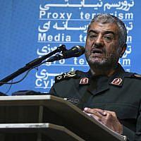 Le chef des gardiens de la révolution paramilitaires iraniens, le général Mohammad Ali Jafari, lors d'une conférence à Téhéran, en Iran, le 31 octobre 2017 (Crédit : Vahid Salemi/AP)