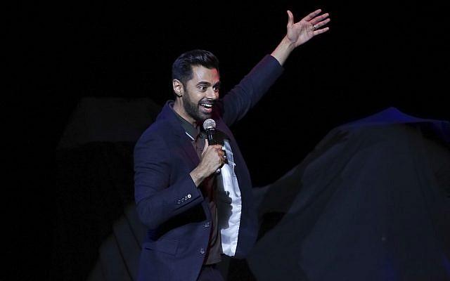 Le comédien Hasan Minhaj se produit sur scène lors de la 11ème édition du Stand Up for Heroes, en novembre 2017 (Crédit : Brent N. Clarke / Invision / AP)