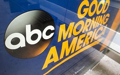 Le logo de la chaîne ABC appartenant au groupe Disney, dans les studios de Manhattan, en 2017. (Crédit : AP /Mary Altaffer)