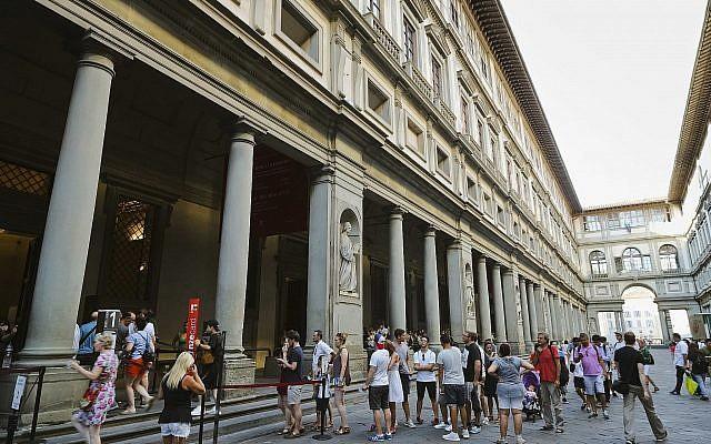 Sur cette photo d'archive du 1er août 2017, des personnes font la queue pour entrer dans la Galerie des Offices à Florence, en Italie. (Crédit : AP / Domenico Stinellis, Fichier)