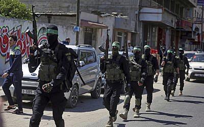 Des hommes armés masqués des brigades Ezzedine al-Qassam, aile militaire du groupe terroriste du Hamas, durant un exercice à grande échelle dans la bande de Gaza, le 25 mars 2018 (Crédit :  AP Photo/ Khalil Hamra)