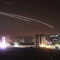 La photo, fournie par le Centre militaire syrien des médias pro-régime, montre des tirs anti-aériens dans le ciel alors que des missiles israéliens frappent des positions de défense et d'autres bases militaires autour de Damas, le 10 mai 2018. L'incident s'est produit après que l'armée israélienne a affirmé que les forces iraniennes ont lancé des tirs de barrage sur le plateau du Golan, dans ce qui a été la confrontation la plus grave entre les deux ennemis jurés jusqu'à présent. (Centre militaire syrien des médias, via AP)